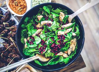 Insalata con spinacini, melagrana e bocconcini di pollo