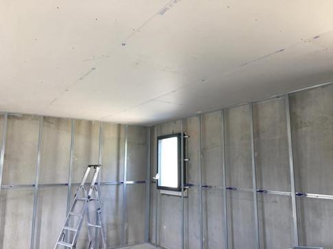 faux plafond et préparation à la pause du doublage