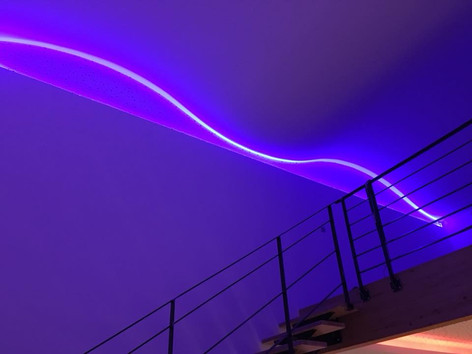 pause de faux plafond vague et d'une gorge lumineuse en doublage