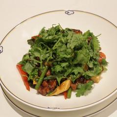 うちで作ろう本格中国料理店の味 ~ 鶏腿肉と香菜の辛味炒め