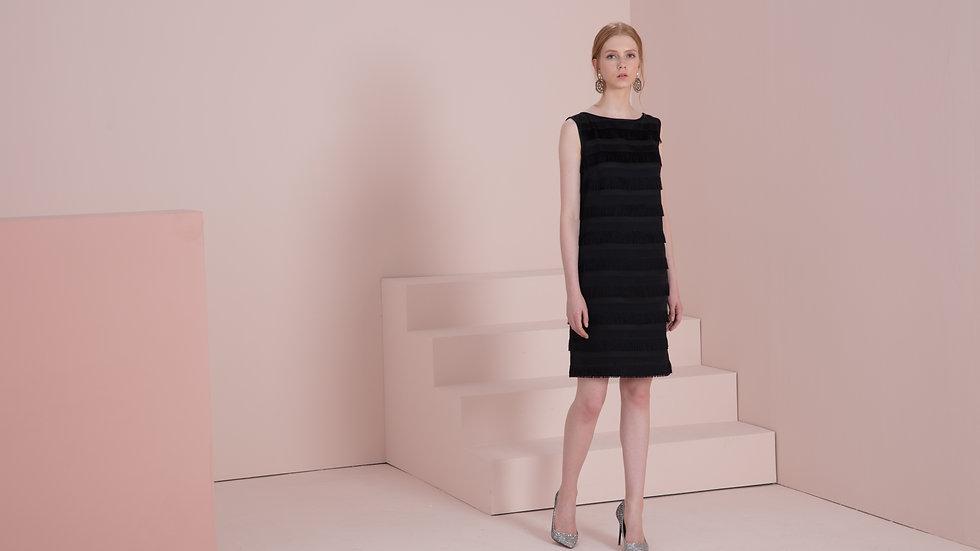 流苏装饰黑色小礼裙