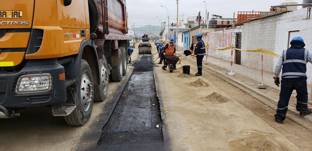 Bacheo con Asfalto en Caliente en Lima, Perú