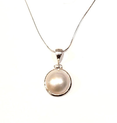 Mobe Pearl necklace