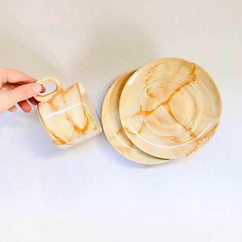 Taza y plato naranjas