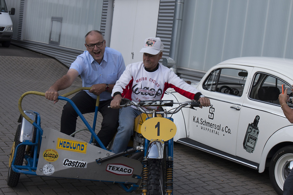 Bürgermeister Dietmar Persian aus Hückeswagen muss sich festhalten