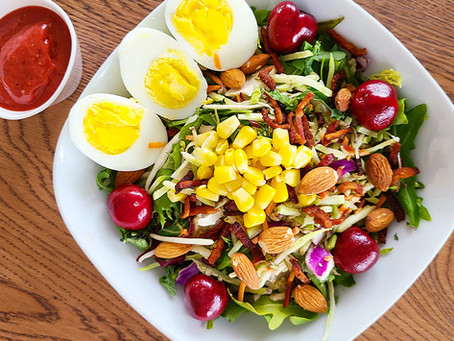Salada Red Berry, finalizada com molho de frutas vermelhas e manjericão
