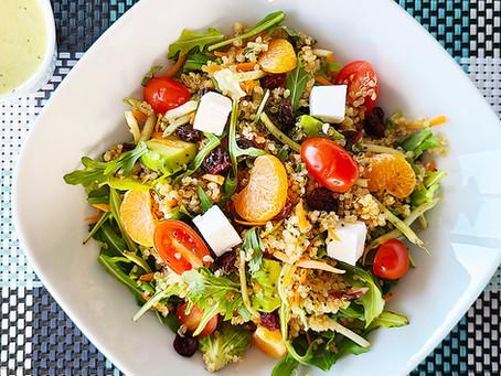 Salada de quinoa com queijo de cabra para ajudar na sua dieta
