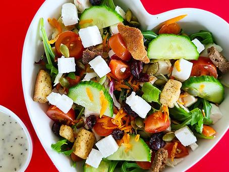 Salada tropical de rúcula e queijo de cabra para celebrar o amor