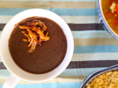 Caldinho de feijão preto, um petisco clássico da gastronomia brasileira