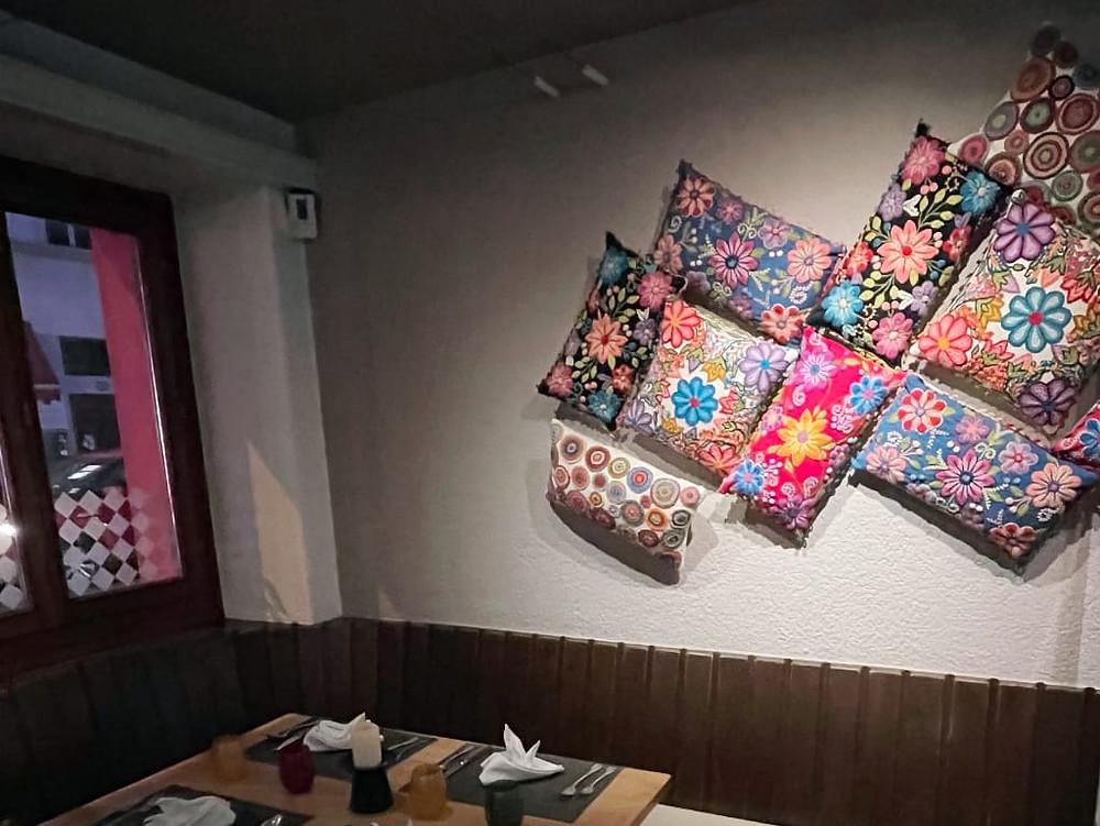 Un caratteristico angolo del Pikante con cuscini e stoffe peruviane