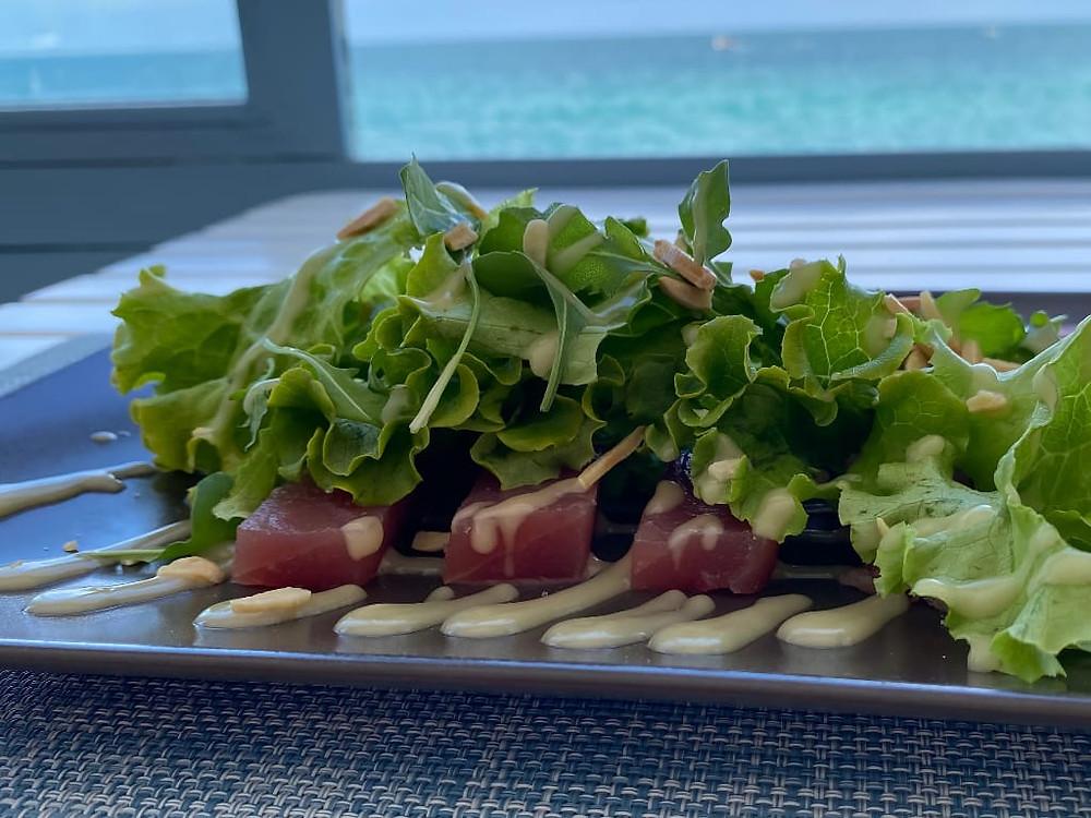 Tonno con insalata, senape delicata e mandorle tostate