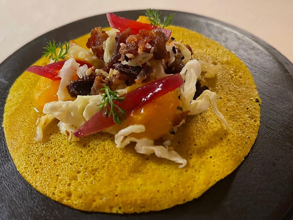 Mini crêpes alla curcuma con ciccioli di anatra cipolla e zucca in agrodolce