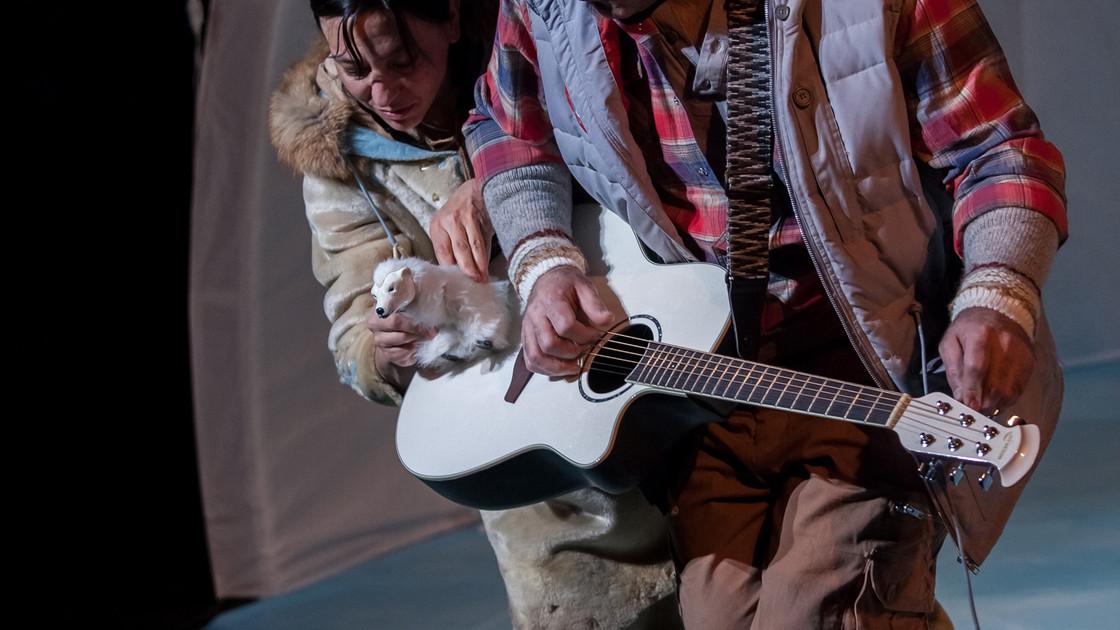 4-Elisapie-zoom ours sur guitare.jpg