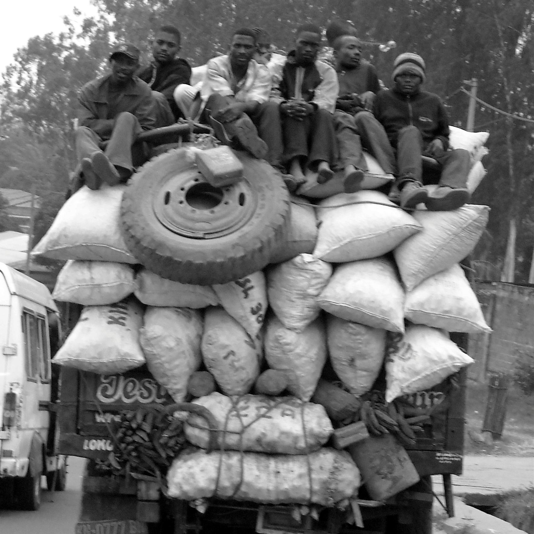 CONGOLESES_JOVENS_EM_CAMINHÃO_DE_TRANSPORTE_DE_CARGA_KINSHASA_-_CONGO_2007_RSA