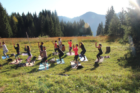 Sunrise Yoga auf der Wiese.JPG