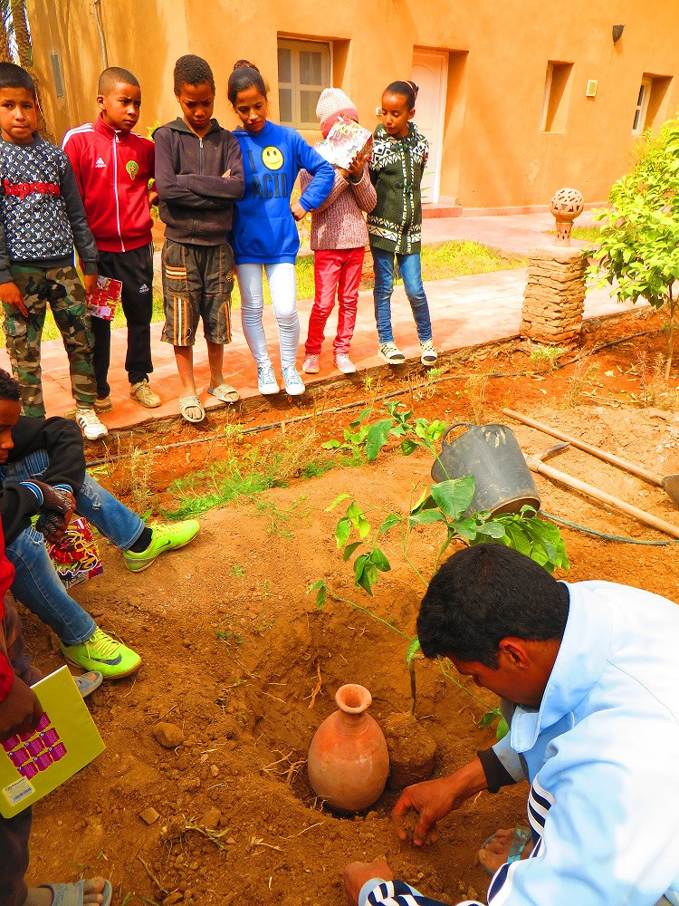 Un engagement local-journée porte ouverte sur les techniques écologiques avec les enfants d'une école locale