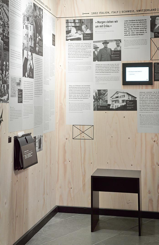 Eine beklebte Holzwand mit Texten über die Flucht der Familie Mann und ein Literaturquiz auf einem Monitor.