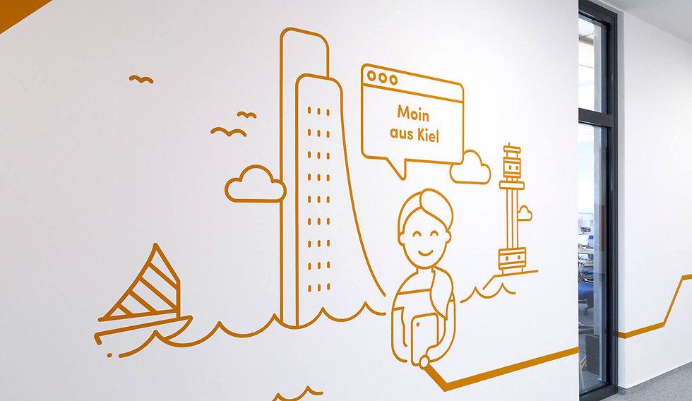 Eine Strichgrafik eine Frau in orange. Im Hintergrund Kiel mit dem Laboer Wahrzeichen. Eine Sprechblase in der Moin aus Kiel steht.