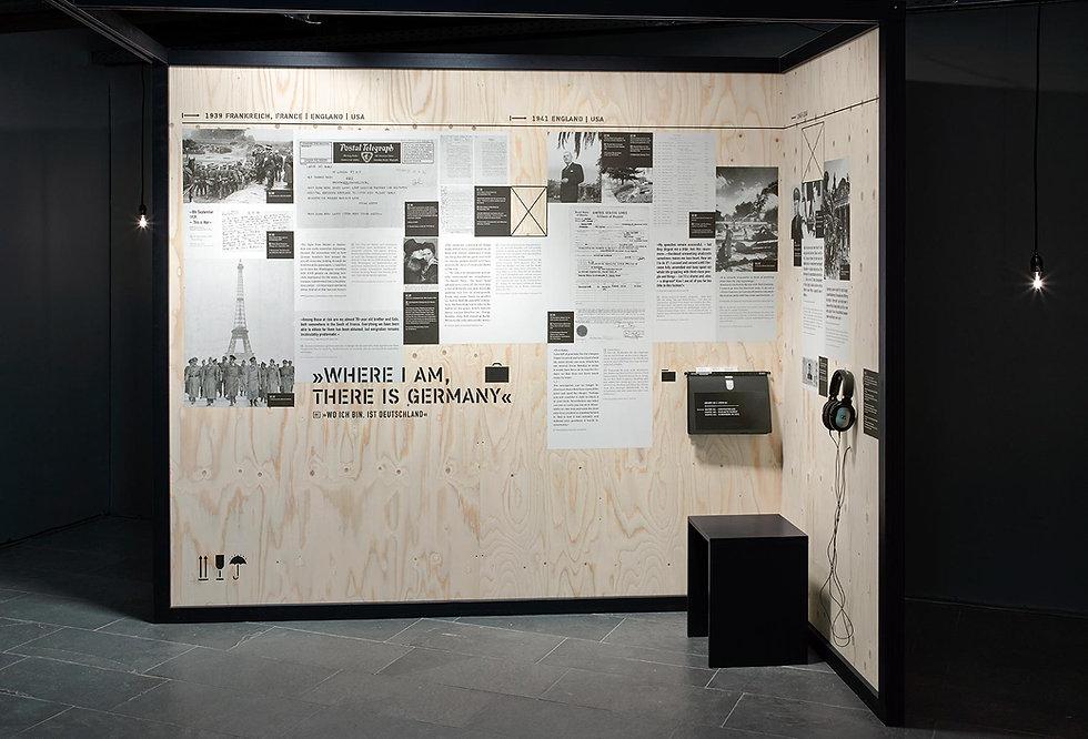 Eine Plakatwand in einer Ausstellung mit Texten über die Flucht der Familie Mann