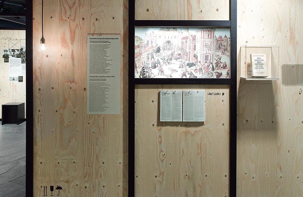 Eine Holzbox mit Texten über Henri Quatre von Heirich Mann