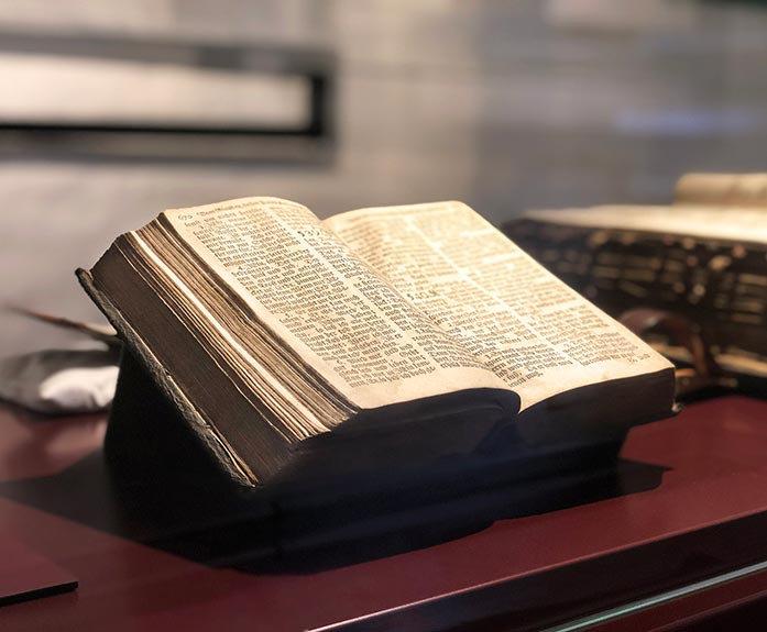 Ein aufgeschlagenes Buch in einer Vitrine in eine Dauerausstellung