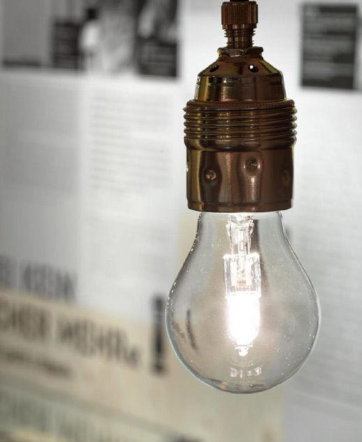 Eine Glühbirne, die Licht gibt, in der Ausstellung Fremd Heimat.