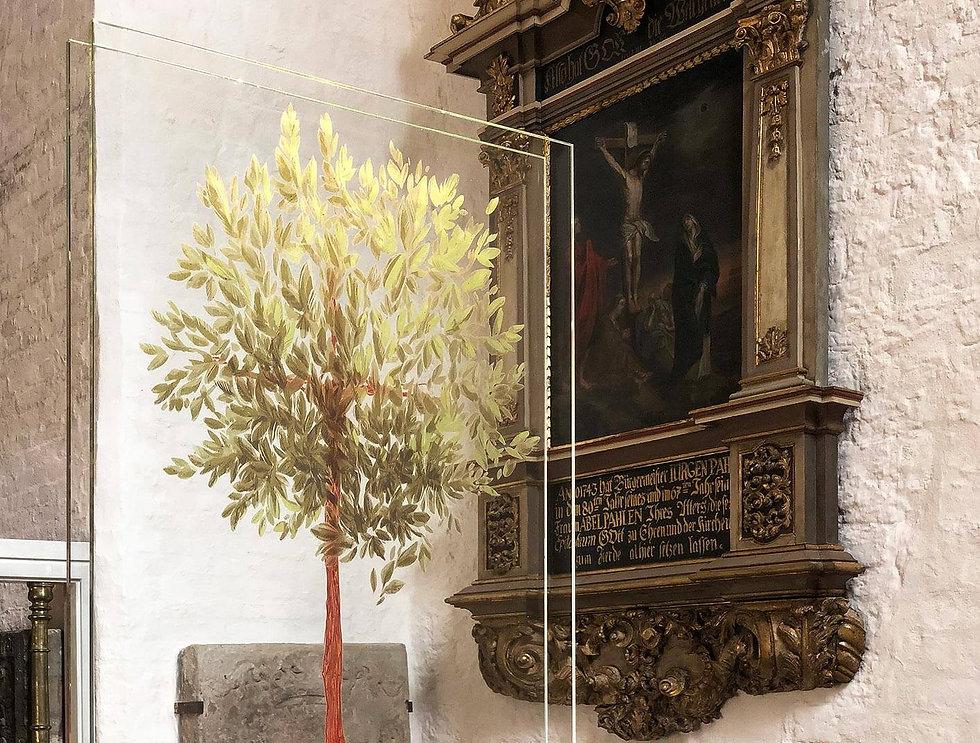 Ein illustrieter Lebensbaum auf Glasscheien in einer Dauerausstellung in der St.Marien-Kiche zu Rendsburg