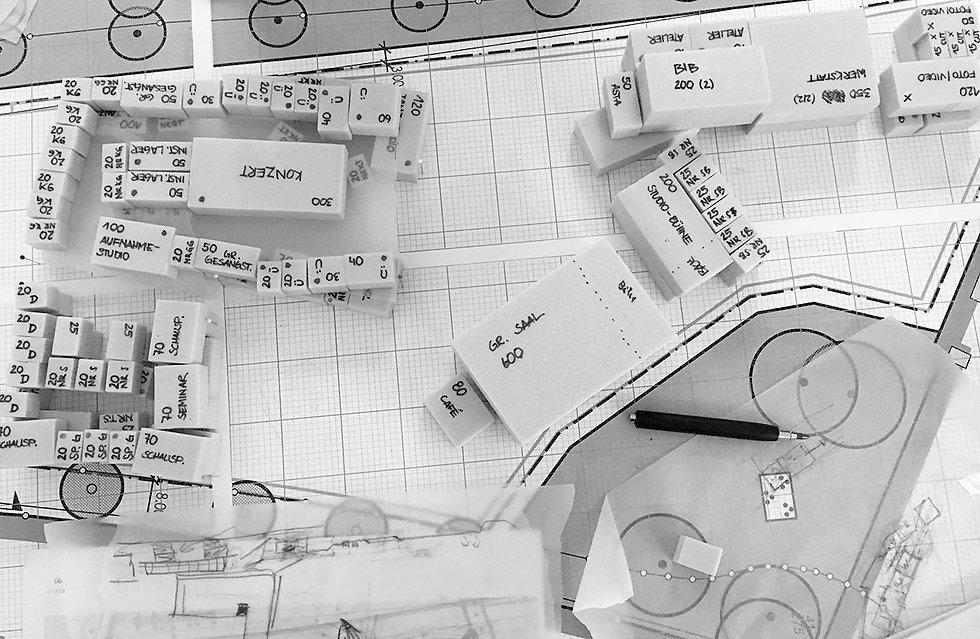 Ein Blick von oben auf einen Tisch mit einem Modell eines Campus.