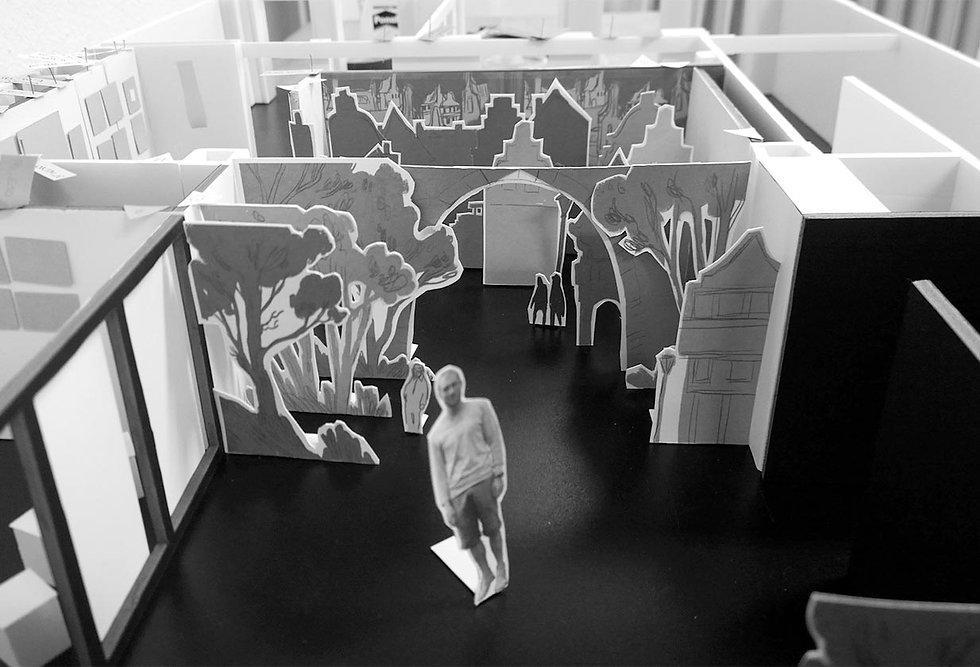 Ein schwarz-weiß Foto eines Modells eines Papiertheaters.