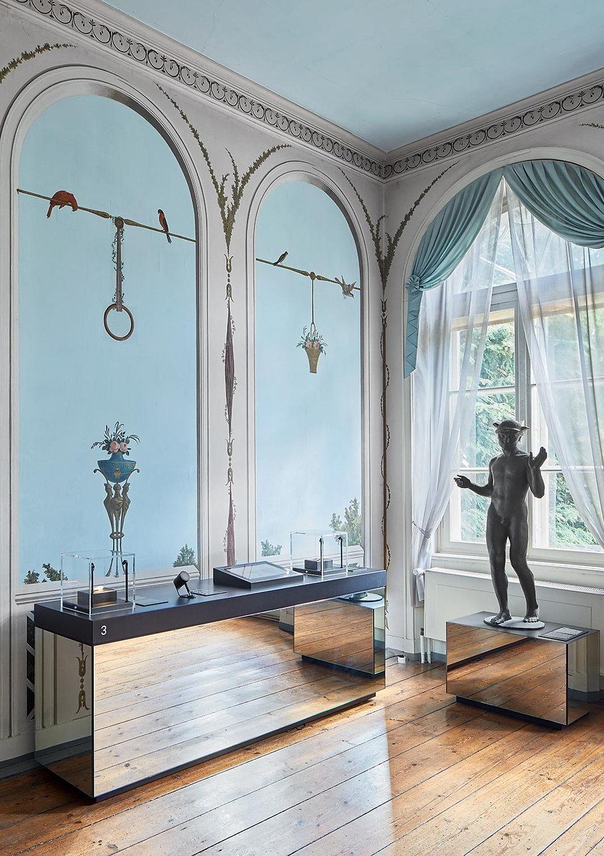Spiegelnde Sockel mit Hermes Statue im Behnhaus