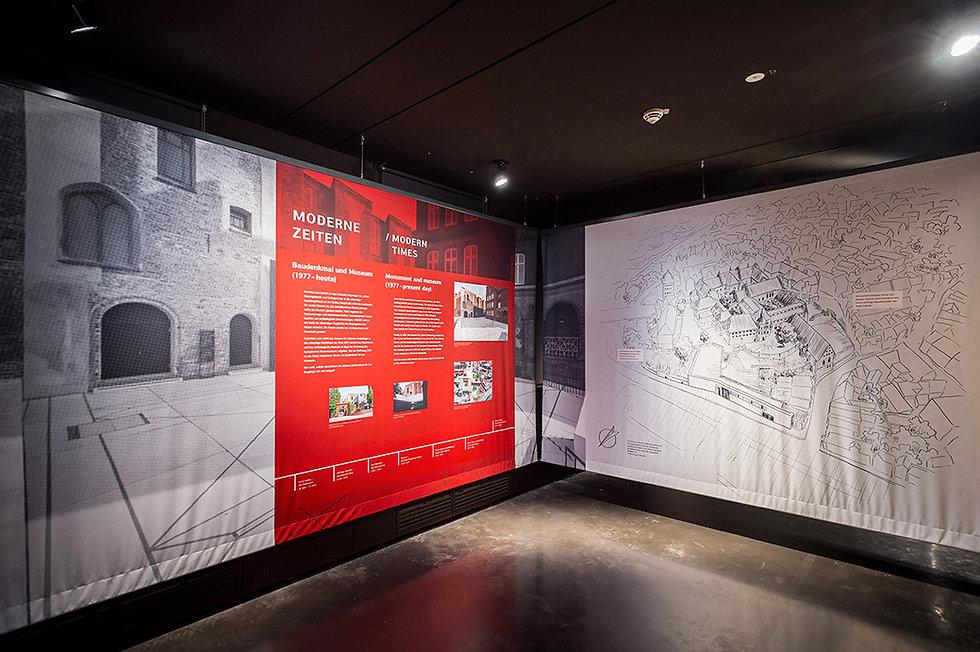 Blick auf zwei bedruckte Banner in ener Ausstellung.