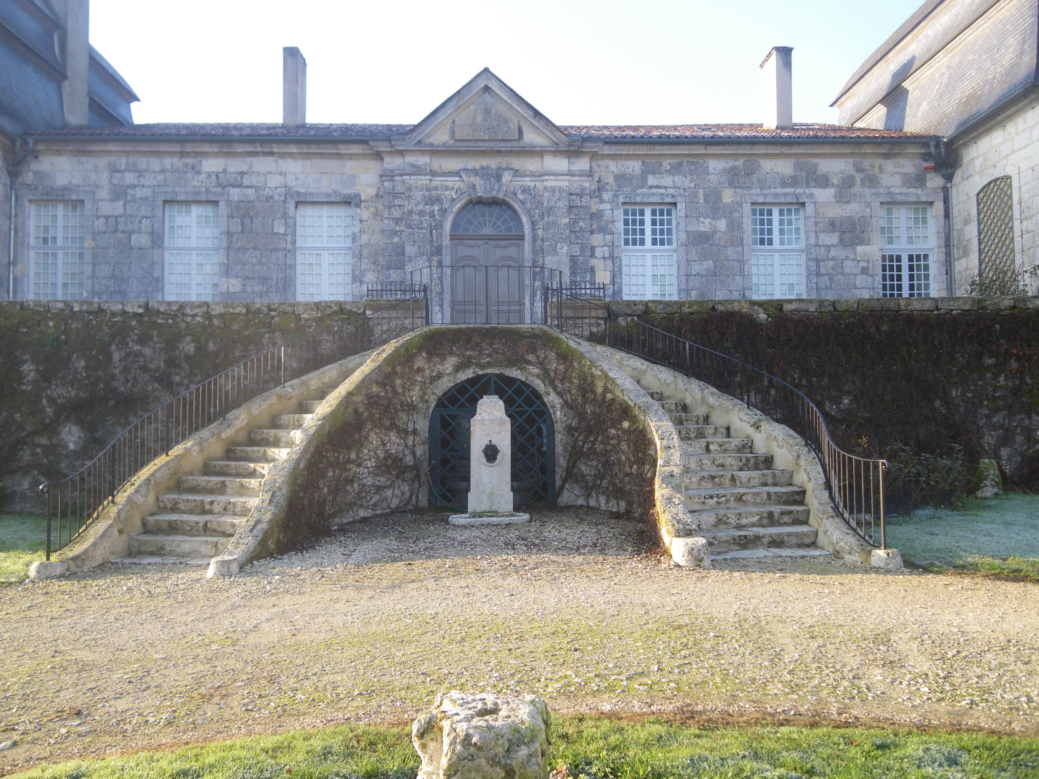 Escalier et fontaine