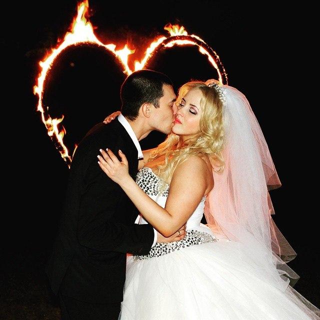 Прекрасные пары на фоне сердца