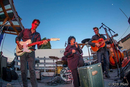 Wanda Jackson with Dusty 45's live on Slims outdoor stage!
