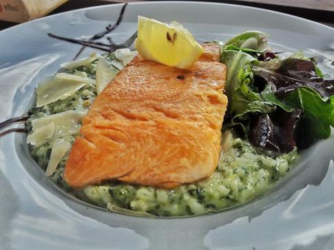 Filet z Norského lososa se špenátovým risottem a hoblinkami parmezánu 😊🐟🥂🍴