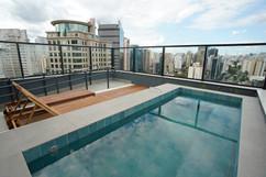 Rooftop com piscina e vista panorâmica