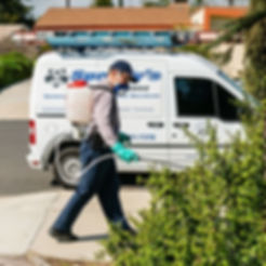 Speedy's Pest Solutions service techncian providing a safe exterior treatment to a home