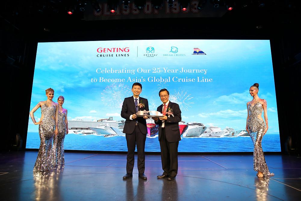 丹斯里林国泰向高级政务部长徐芳达先生致送紀念品