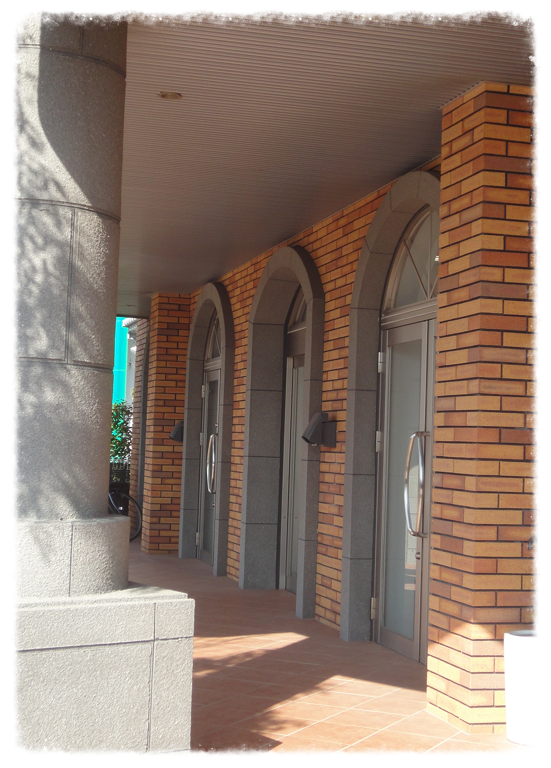 1F左側の2枚のドアがCLOVERです