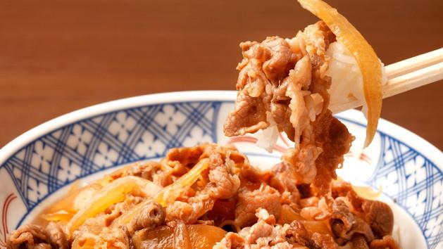 日式肥牛飯 Gyūdon - Rindfleisch mit Zwiebeln serviert auf Sushireis