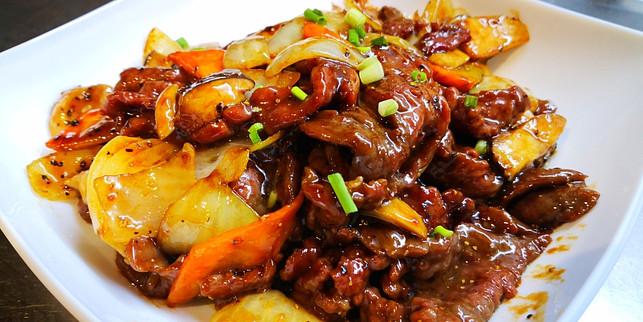 杏鲍菇hei'jiao'niuRindfleisch mit Kräuterseitlinge an Schwarzpfeffersauce