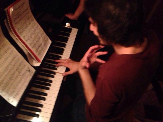 Dostlarla birlikte piyano hakkında.