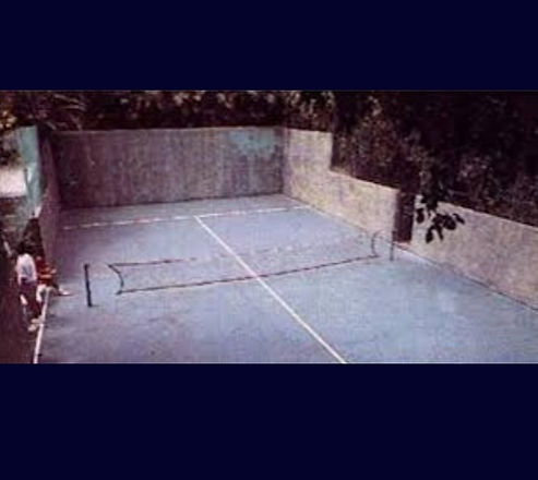 A hazy image of a historical padel tennis court