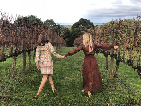 women-in-vintage-style-clothes-explore.j