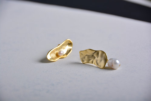 Flat Gold with a Pearl Earrings
