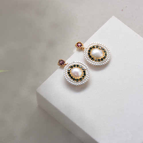Black Crystal Surround a Pearl Earrings