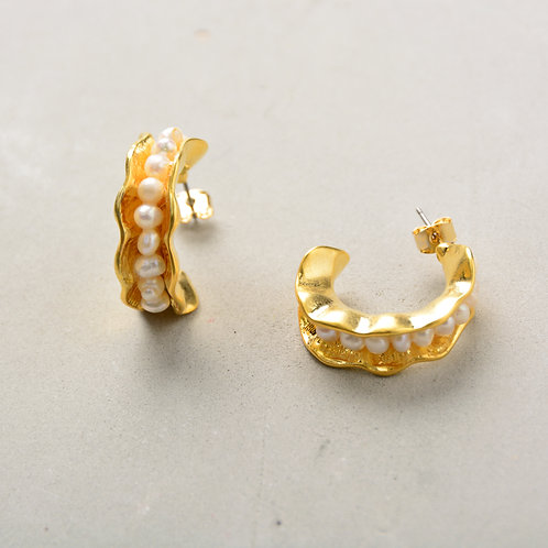 Enclose the Pearl on Side Earrings