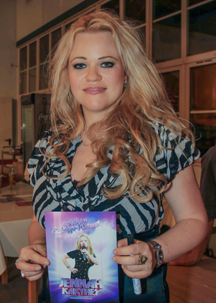 Jennah Karthes mit ihrem Flyer