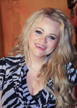 Jennah Karthes lächelnd
