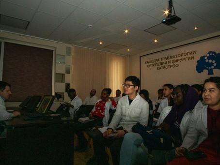 ФОТО: Интерьер клиники, занятие со студентами иностранного факультета